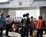 天津數百名村民在西地頭鎮政府大樓外抗議不合理徵地 法新社06年3月16號照片