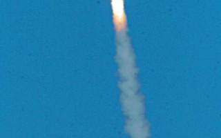圖為2002 年10月14 日美國軍方提供的一枚洲際彈道飛彈從加州范登堡基地發射。(USAF/Getty Images)