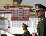 2006,9,13,天安門廣場軍警戒備 (PETER PARKS/AFP/Getty Images)