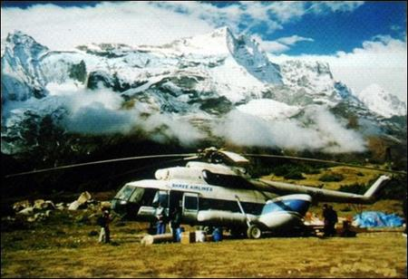 尼泊尔失联直升机坠山谷  24人全罹难