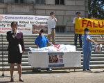 王文怡在集会中演讲,当地法轮功学员在实地演示中共活体摘除器官罪行(大纪元)