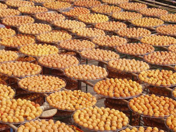 黄澄澄柿饼让人垂涎欲滴。(林宝云/大纪元)