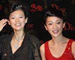 2006年9月12日,香港,章子怡(左)和周迅在《夜宴》的首映式上。(圖∕Getty Images)