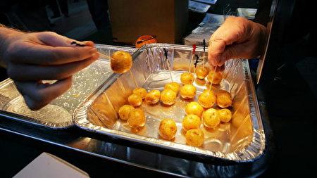 2006年10月30日美国纽约,在拒绝反式脂肪的集会中,出现的无脂肪土豆样品。(Photo by Mario Tama/Getty Images)