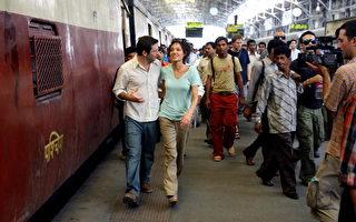 安洁莉娜裘莉(右)和影星丹·福特曼(Dan Futterman)在印度火车站/AFP/Getty Images