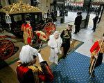 女王及菲利普親王乘坐馬車前往議會(Photo credit should read MATT DUNHAM/AFP/Getty Images)