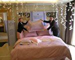 英式管家现场示范专业铺床技巧与配饰摆设秘诀,让一般消费者也能够轻松营造出充满浓浓英式风味的寝室(记者苏泰安摄影∕大纪元)