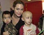 安吉莉娜裘莉 Angelina Jolie 抱着4岁的养子(左)探望癌童 /AFP/Getty Images