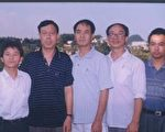 許萬平(左一)和其他民主人士朋友們在一起 (大紀元)