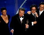 由前美国副总统高尔(Al Gore)(左二)叙述的环保纪录片《难以忽视的真相》获得最佳纪录片奖。(Kevin Winter/Getty Images)