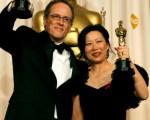 第79界奥斯卡金像奖提名名单中没有来自中国的最佳外语片,但由华裔导演杨紫烨(Ruby Yang)(右)和美国导演托马斯.伦农(Thomas Lennon)(左)联合执导的记录短片《颖州的孩子》击败另外三个入围记录短片捧回了奥斯卡金像奖。(Vince Bucci/Getty Images)