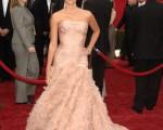获得最佳女主角提名的西班牙女明星克鲁兹在红地毯上艳光四射,礼服、发型、肤色搭配的天衣无缝,有一种老式好莱坞的华贵感觉。(Stephen Shugerman/Getty Images)