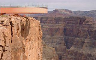 美国大峡谷透明凌空步道今天试行