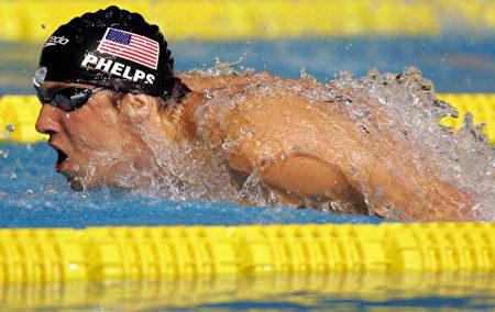 費爾普斯(Michael Phelps)在男子兩百公尺蝶式決賽中游出一分五十二秒零九的成績,奪得金牌。(Ezra Shaw/Getty Images)
