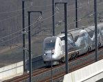 法国高速有轨列车以时速574.8公里在东部行驶,打破了17年前由的515.3公里同样列车的纪录。(JEAN-CHRISTOPHE VERHAEGEN/AFP/Getty Images)