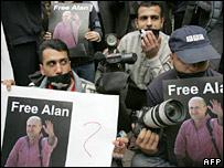 巴國新聞工作者要求釋放約翰斯頓