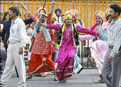 大批影迷20日在孟買當街起舞,祝福這對寶萊塢金童玉女百年好合。(法新社 )