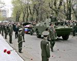 由於葉利欽曾經是俄羅斯武裝力量的最高統帥,所以葉利欽這次也作為一名軍人被安葬。在新處女公墓外,葉利欽的靈柩被放在一輛炮車上。(AFP)