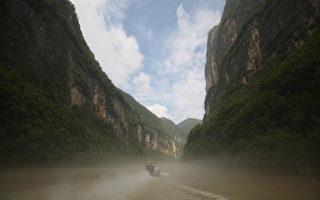 三峡大坝一滑坡体 变形现裂缝