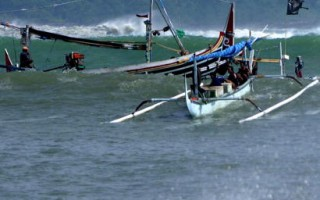 印尼沿海出现巨浪千人逃生