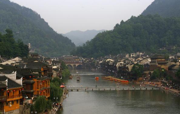湖南鳳凰鎮依江傍水景色怡人。(Getty Images)