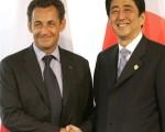 日本首相安倍晋三与法国总统沙柯吉举行会谈时,重申日本反对欧洲联盟解除对中国武器禁运立场。(图片:法新社)