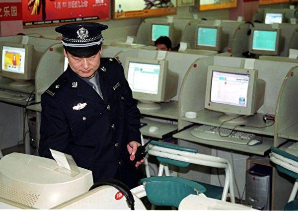 中共當局經常阻止中國大陸民眾訪問各種各樣的網站,利用「防火牆」等審查控制系統限制中國人獲取信息。圖為北京一家網吧裏,警察正在巡邏。(法新社)