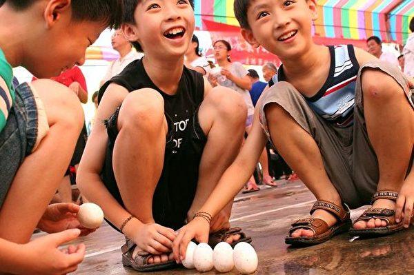 小朋友在端午立蛋活動中,玩得不亦樂乎。〈賴友容/大紀元〉