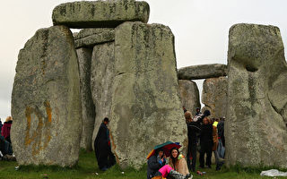 組圖:兩萬人英史前巨石陣前觀日出