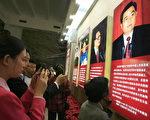 中共第四代領導人胡錦濤已經掌權五年,雖然聲望日隆,但外電評論說,它還沒能達到可一言九鼎的強人程度。圖為中國民衆在一個中共黨魁生平的展覽上用手機拍照。(FREDERIC J. BROWN/AFP/Getty Images)