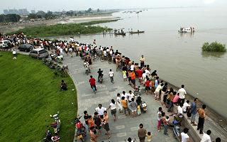 钱塘江潮水卷走30多人 22人获救