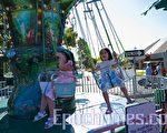 苗必达市夏日街会﹐小朋友在游乐园里玩乐。(记者MARK ZOU摄/大纪元)