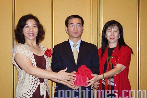 謝蘭英接任中文學校聯誼會會長