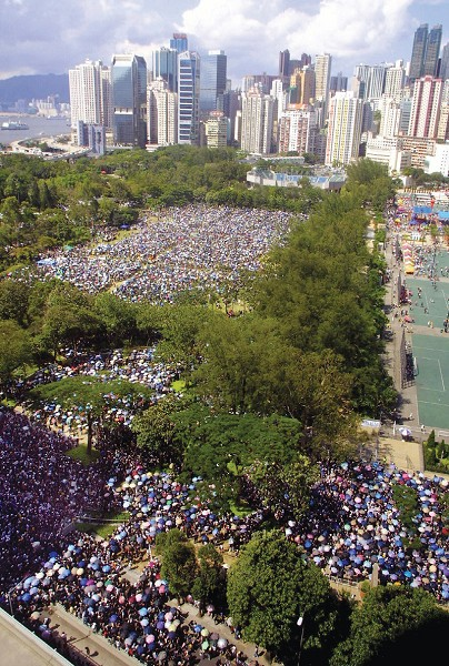 2003 年7 月1 日,超過50 萬香港人頂著烈日,湧到港島維多利亞公園,參加反對23條立法的七一大遊行。(AFP)