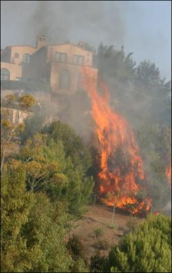 加州野火火勢擴大 數萬人撤離一人死亡