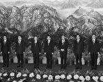 中共新政治局常委名單(從左到右):周永康、李克強、李長春、溫家寶、胡錦濤、吳邦國、賈慶林、習近平、賀國強。(TEH ENG KOON/AFP)