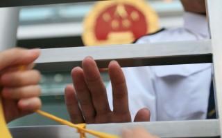 组图:中联办职员阻系人权圣火黄丝带