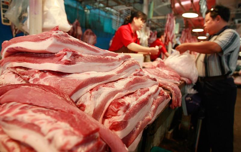 近來,大陸豬肉價格狂漲,中共不顧民眾生計仍然對美國進口豬肉徵收62%關稅。(TEH ENG KOON/AFP/Getty Images)