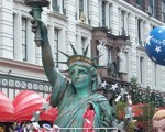 梅西百貨舉行第81年度感恩節大遊行,圖為遊行隊伍中的手持火炬的「自由女神」。(攝影 文忠/大紀元)