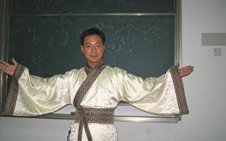 中国民主同盟盟员、南京师范大学副教授郭泉在讲授国学教育课。(郭泉提供)