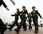 北京正召開全國人大代表會議,會場外戒備深嚴。(FREDERIC J. BROWN/AFP/Getty Images)