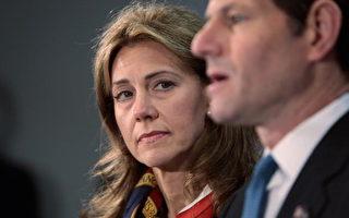 民主党纽约州长斯皮策(Eliot Spitzer,又译史必哲)于十二日宣布辞职,他的太太希尔达(Silda)陪同在记者会上。(Chris Hondros/Getty Images)