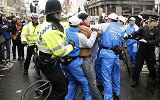 奥运火炬伦敦传递场面混乱 险被熄火