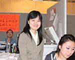 報稅小組負責人盧麗瑩 (立者)和成員們正在幫社區民眾報稅 。(攝影﹕唐明/大紀元)