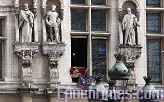 快讯:巴黎市政府大楼有人打出藏旗