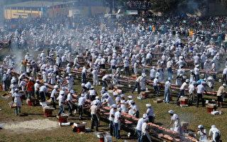 组图:乌拉圭千人烧烤12公吨牛肉创纪录