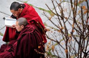 当局逼藏民持国旗宣誓 甘孜再有藏僧自杀