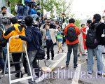 突然袭进来的中国留学生,中间有留学生投掷过的水瓶。(摄影:金国焕/大纪元)