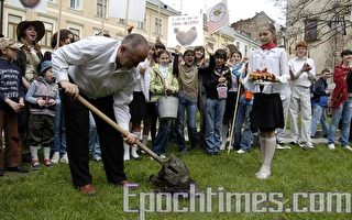 乌克兰民众种土豆 嘲弄苏共的侵占
