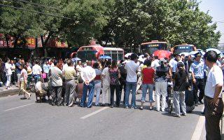 高考前西安雇黑逼迁 300户堵路抗议